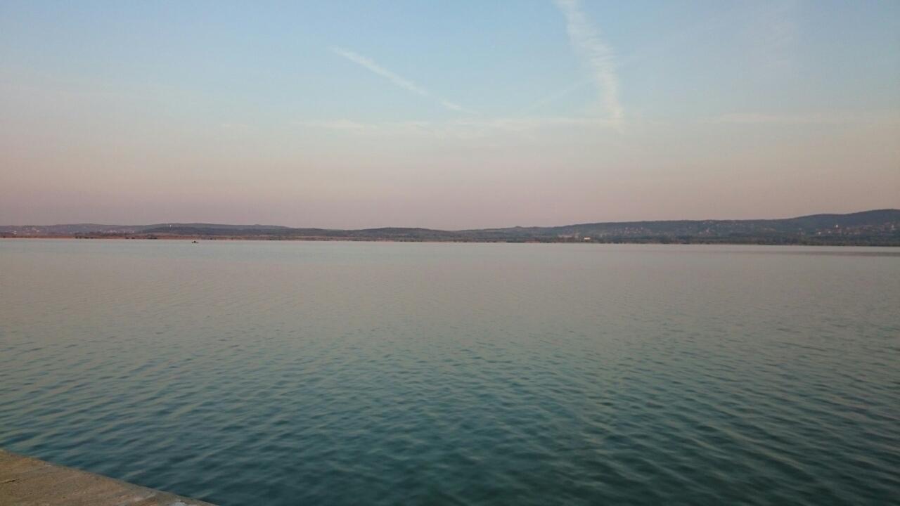 A hajnali tó gyönyörű fényei
