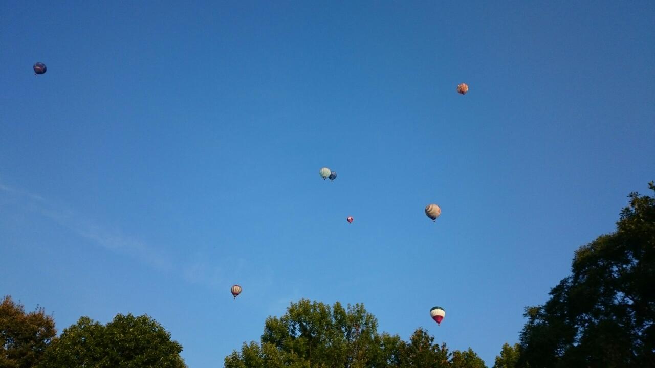 Az ég kékje színes hőlégballonokkal