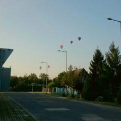 Így néztek ki a felszálló hőlégballonok a bicajútról